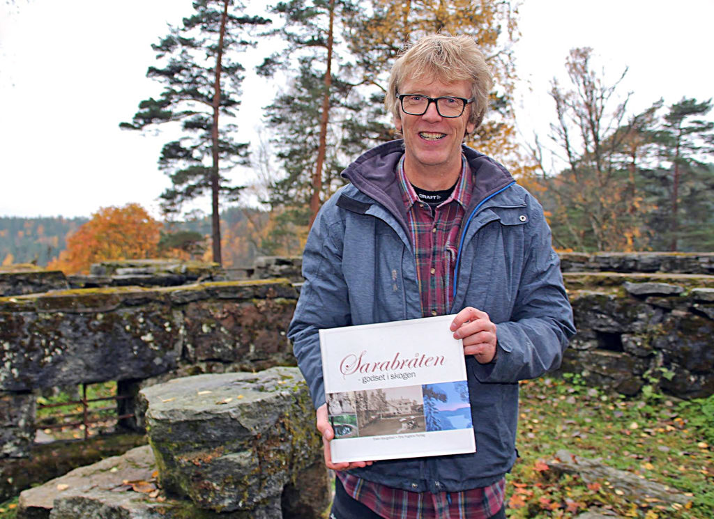 Even Saugstad ved de gamle ruinene på Sarabråten. (Foto: Steinar Saghaug)